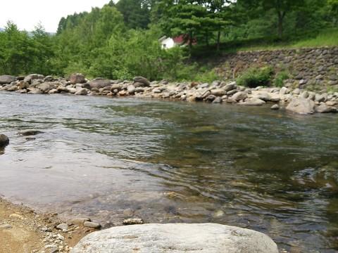 七入オートキャンプ場管理棟すぐ下の実川の流れ
