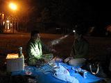 にわか雨が止むのを待って、テントを仮設営。遅い夜食。