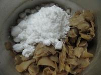 水を切った生姜と砂糖を鍋に入れる