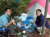揚げたての天ぷらを食べる