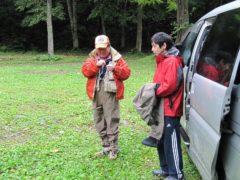 釣り支度を始める二人