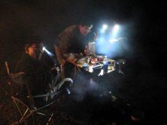 ヘッデンの灯りで晩飯