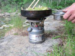 永年愛用のストーブでフキを調理する