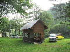 水場の脇にテントを設営