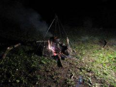 焚き火に鍋をかける