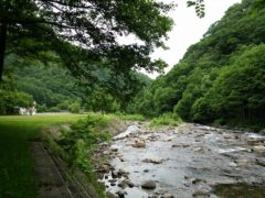 七入オートキャンプ場前の実川