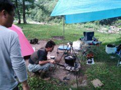 燻製の火加減を調節する