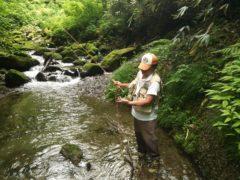 源流で岩魚釣り