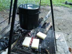 焚き火で餅を焼く