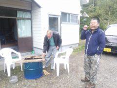 ドラム缶囲炉裏で魚を焼く