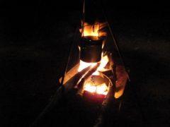 トライポッドで鍋を吊るす