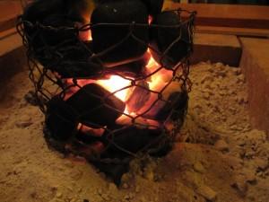 豆炭に火をつける