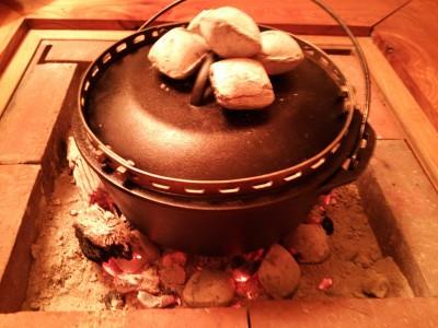 ダッチオーブンを炭火にかける