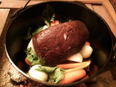 鍋底に野菜を敷いて、肉を入れる