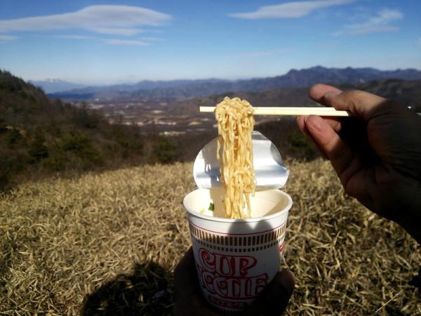 山の上で食べるカップヌードルは格別です