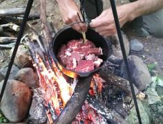 イノシシ肉に焼き目を付ける
