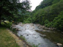 七入オートキャンプ場前の実川の流れ