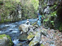 3人で渓を遡行する
