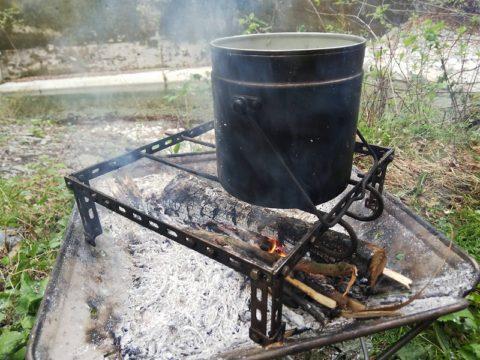 つる付き鍋でなくても焚き火調理が可能に