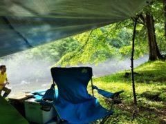 朝日の差し込むキャンプサイト