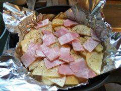 スキレットに敷き詰めたジャガイモとベーコン