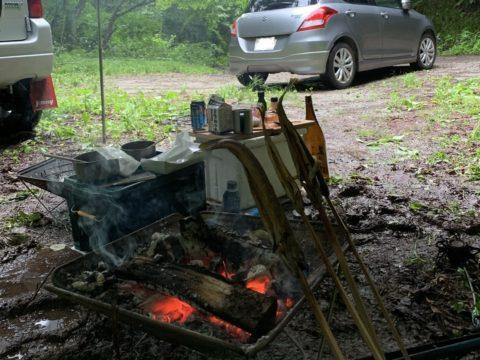 焚火でイワナを焼く