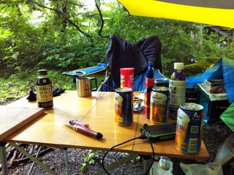 テーブルの上に並ぶビールの空き缶