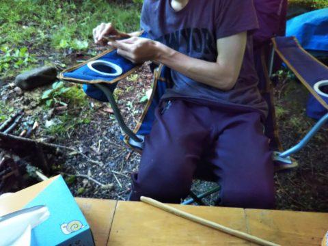 竹を削って箸作り