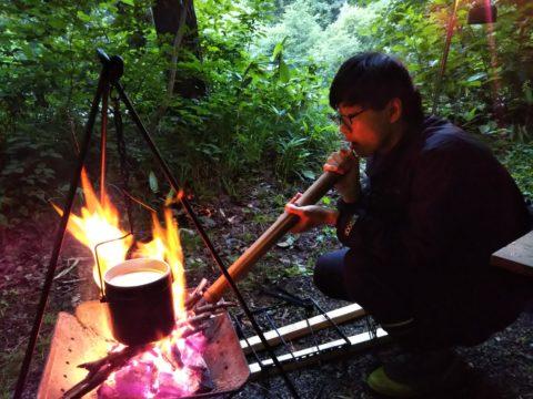 火吹き棒で火を煽る