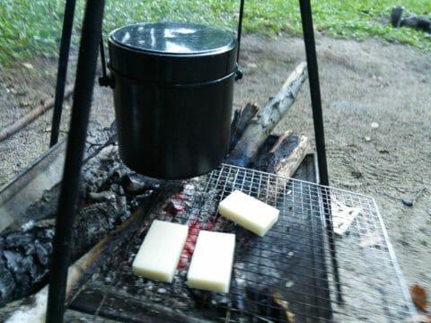 焚き火でお餅を焼く