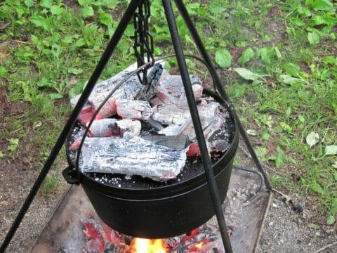 焚き火台でダッチオーブン料理を作る