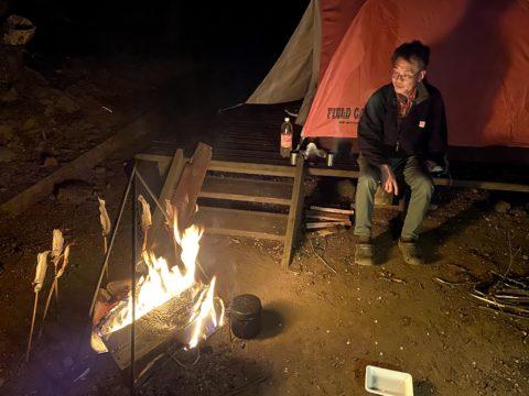 食後は焚き火を眺めて