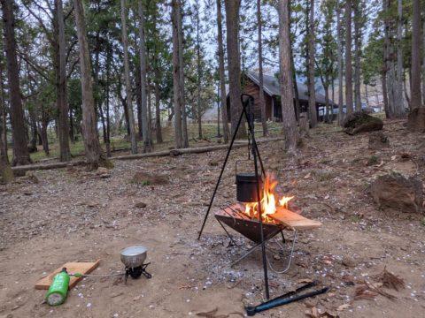 焚き火で朝食の準備