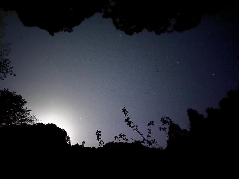 月明りの差す夜空