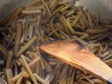 フキを醤油味で煮込む