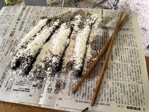 岩魚に小麦粉をまぶす