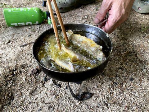 岩魚を唐揚げにする