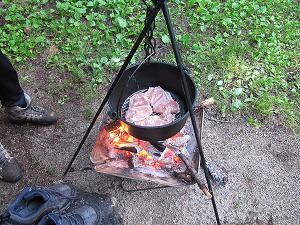鶏モモ肉をダッチオーブンに入れる