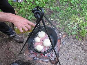 玉ねぎを入れ、オリーブオイルを掛ける