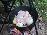 ダッチオーブンに鶏肉・玉ねぎ・じゃがいもを入れる