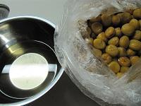 桶から梅と白梅酢を取り出す