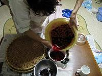 梅酢を別容器に移す