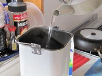 サラダ油・お湯を入れる